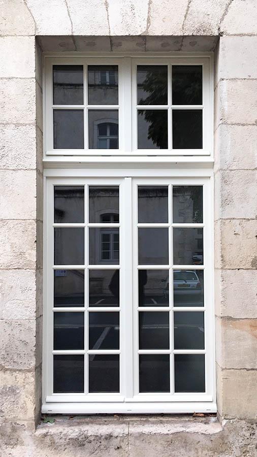 Fenêtre sur-mesure blanche gamme à l'ancienne fabriquée par l'entreprise Menuiserie Marquis