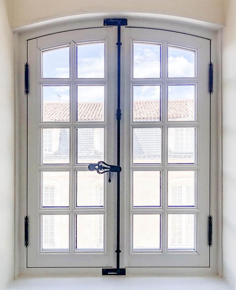 Fenêtre blanche en bois sur-mesure vue de l'intérieur - Fenêtre de la gamme prestige - Fabriquée et posée par menuiserie Marquis