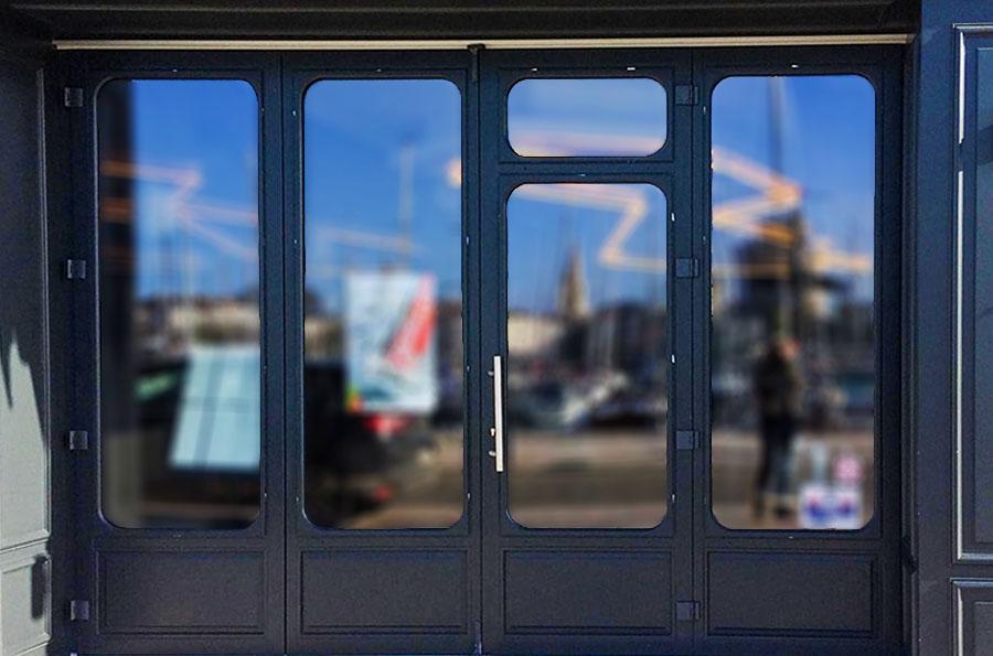 Fenêtre sur-mesure blanche avec un chassis spécifique fabriquée par l'entreprise Menuiserie Marquis