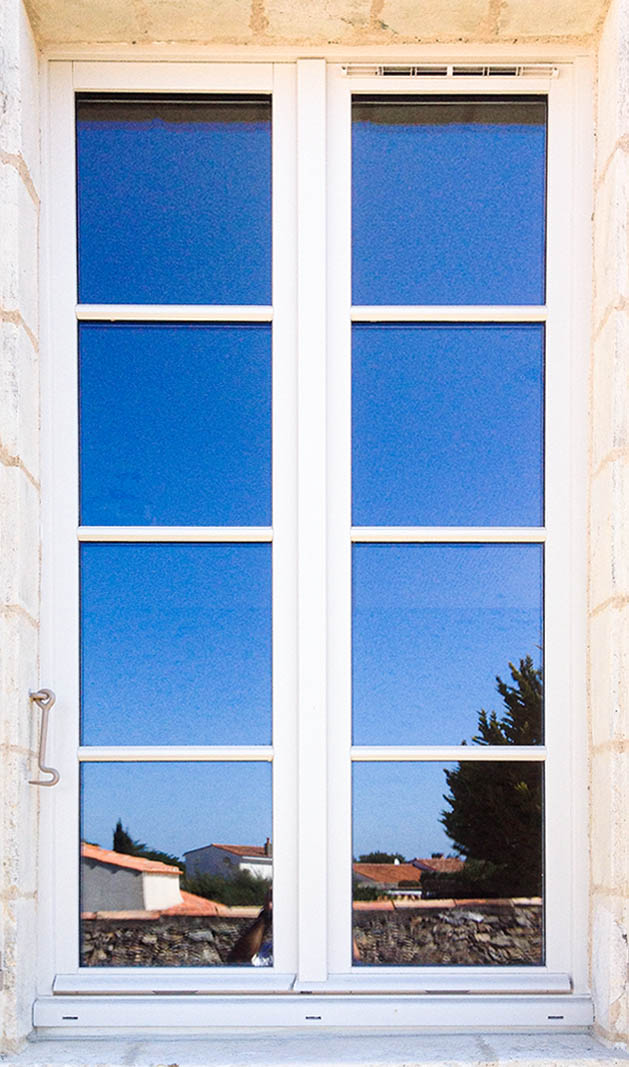 Fenêtre sur-mesure blanche gamme tradition fabriquée par l'entreprise Menuiserie Marquis